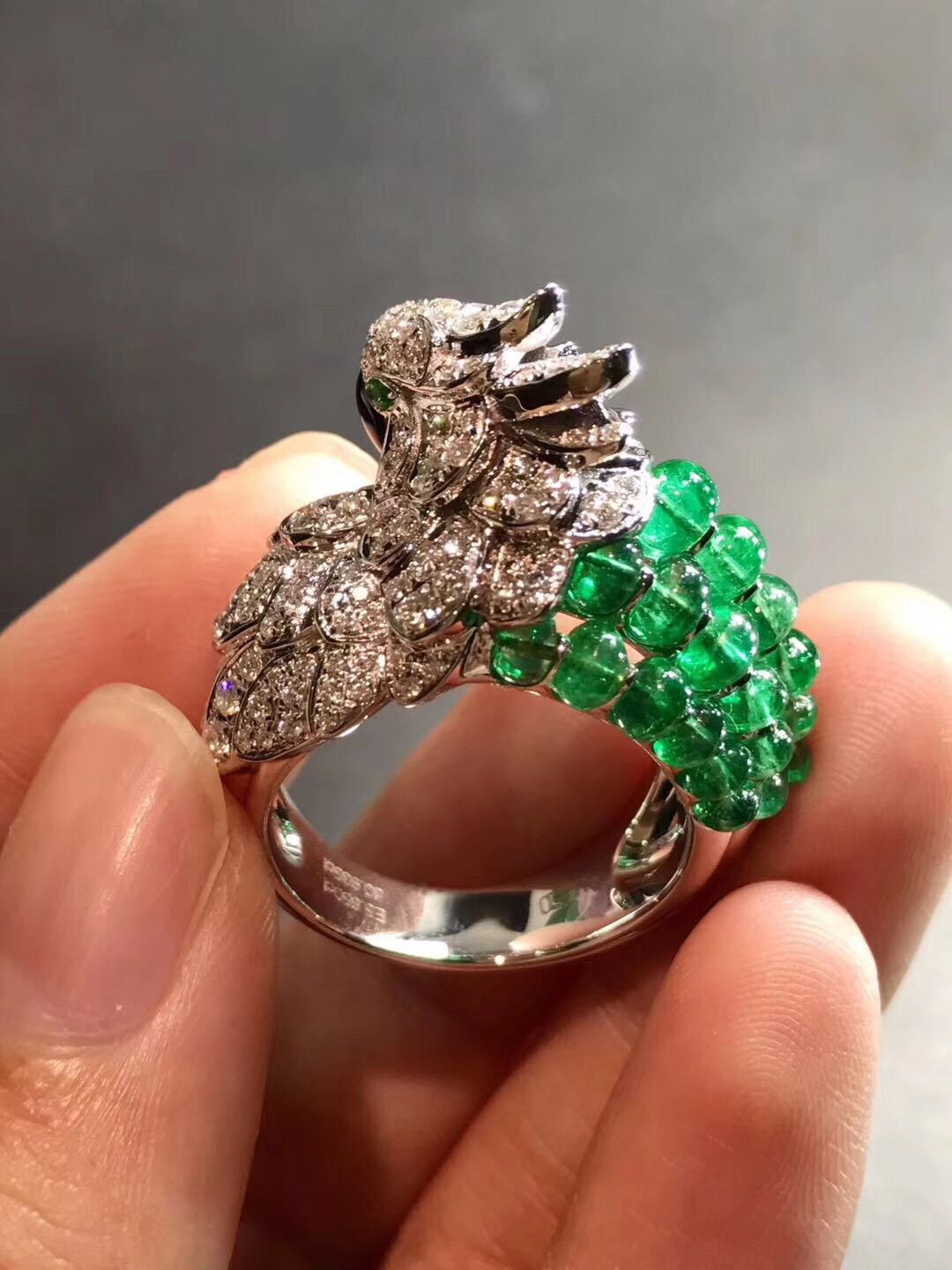 Cartier Les Oiseaux Libérés Parrot ring 18K white gold with gray mother-of pearl & emeralds beads