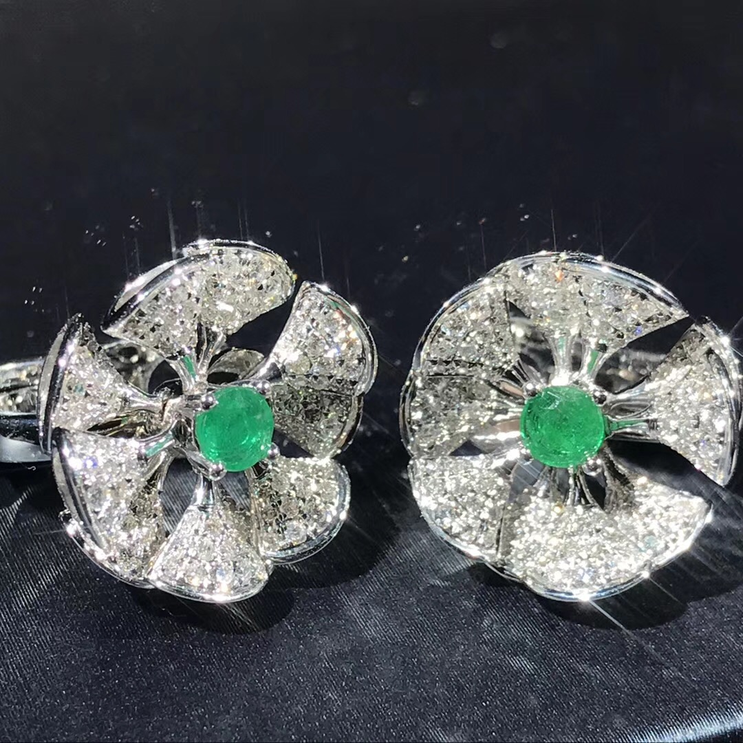 Bvlgari Divas' Dream Earrings in 18kt white gold set with a central emerald and full pavé diamonds
